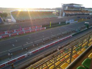 photo de la zone de départ du circuit Bugatti, vide.